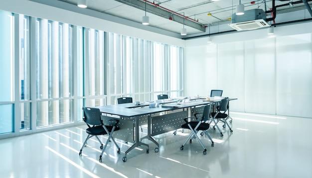 Sala de reuniões interior moderna do escritório de marketing com pôr do sol de noite