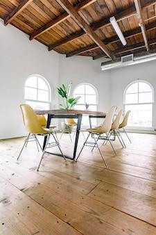 Sala de reuniões moderna e descolada