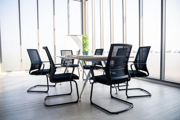 Sala de reuniões no estilo moderno.