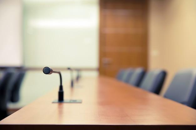 Sala de reuniões ou sala de reuniões com microfone profissional em cima da mesa.