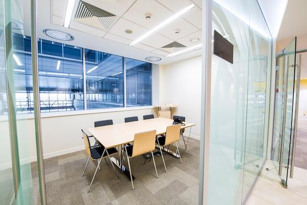 Sala de reuniões pequena vazia. interior moderno brilhante. paredes de vidro
