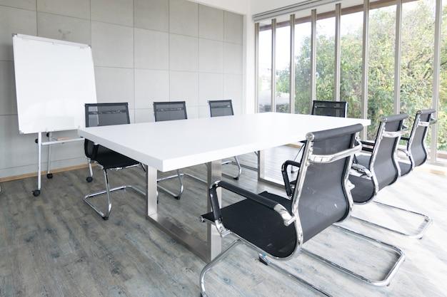 Sala de reuniões vazia conferência com cadeira, mesa e quadro branco
