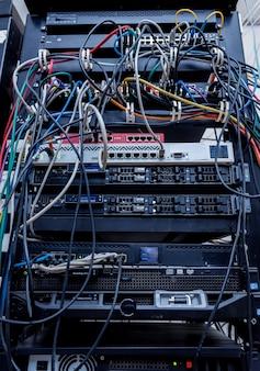 Sala de servidores com computadores para internet. cabos de rede conectados aos comutadores.