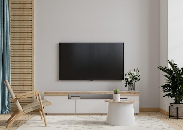 Sala de tv com poltrona na parede branca
