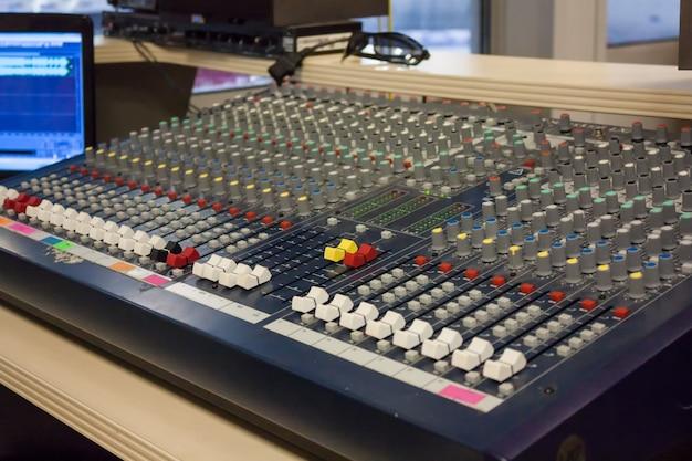 Sala do produtor de som na arena esportiva