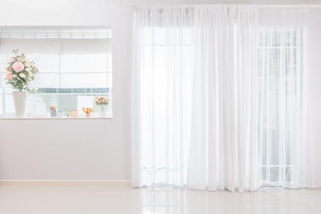 Sala em casa luz ambiente brilhando através da cortina