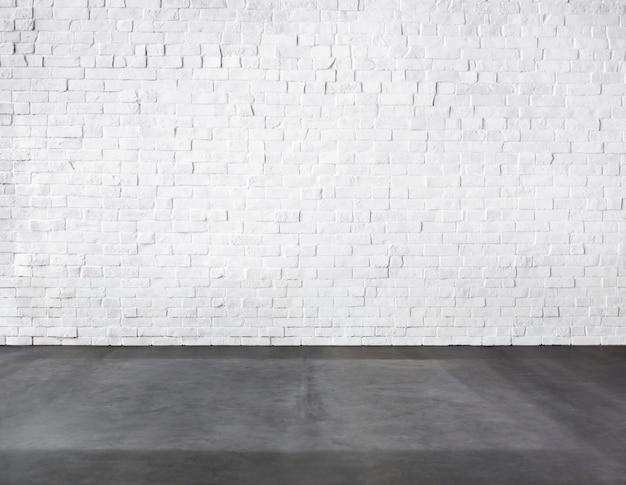 Sala feita de parede de tijolo e piso de concreto