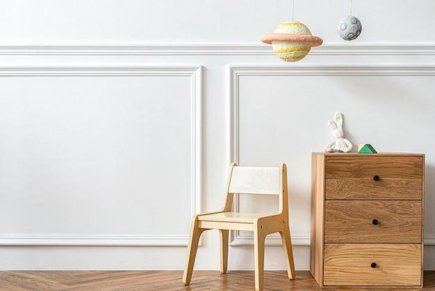 Sala infantil escandinava com móveis de madeira