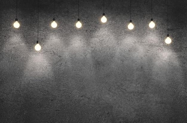 Sala interior com parede de cimento de concreto sujo com lâmpadas penduradas.
