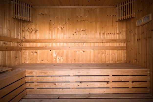 Sala interior de sauna de madeira, relaxe numa sauna quente