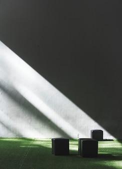 Sala meio iluminada e meio escura