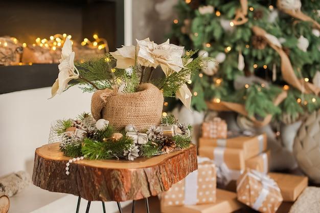 Sala rústica no natal. detalhes de uma sala de estar escandinava com lareira.
