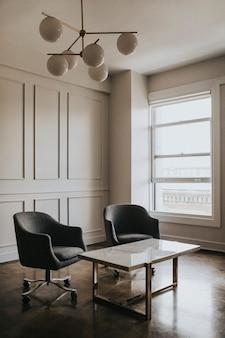 Sala vazia com cadeiras e uma mesa