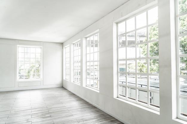 Sala vazia com janela de vidro