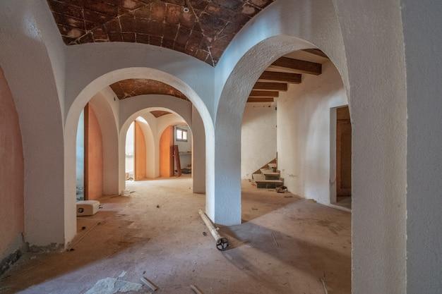 Sala vazia com tectos abobadados