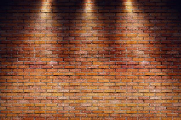 Sala vazia de sujo com parede de tijolo vermelho e três raios de holofotes
