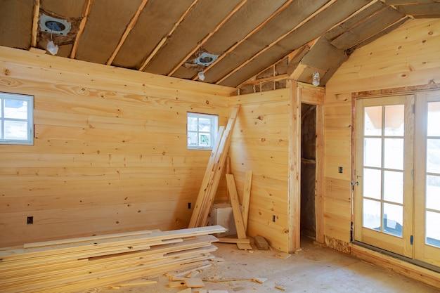Sala vazia em uma nova casa de madeira em construção de paredes de madeira