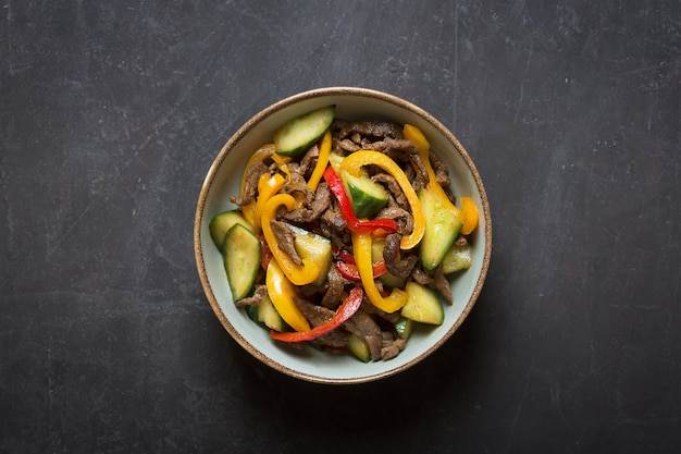 Salada asiática tradicional, preparada com carne, cebola e pimentão