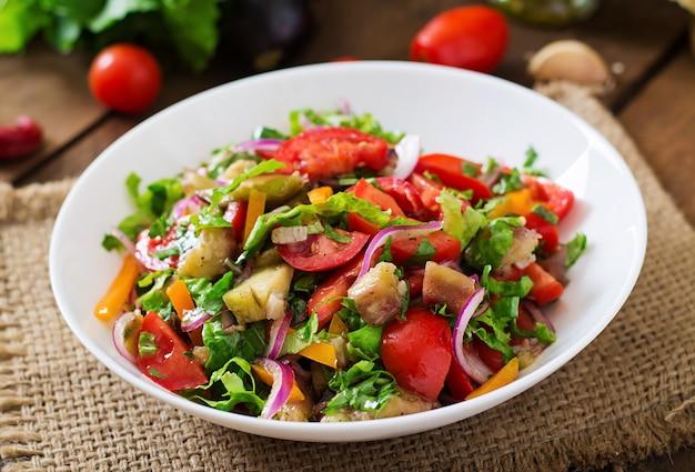 Salada assada de berinjela e tomate fresco