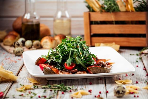 Salada assada de espinafre de abóbora e filé mignon