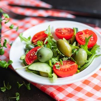 Salada azeitona frutas vegetais azeitonas tomate pepino alface mistura folhas lanche ceto ou dieta paleo