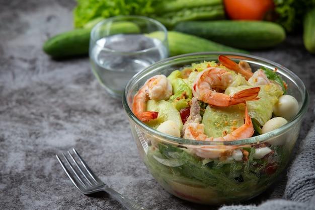 Salada caesar camarão com camarão delicioso conceito de comida saudável.