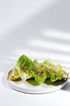 Salada caesar caseira com frango, alface, limão, torrada, molho cesar, queijo e alho