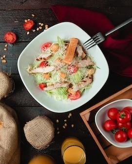 Salada caesar clássica com biscoitos crocantes