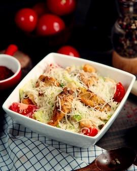 Salada caesar clássica com frango