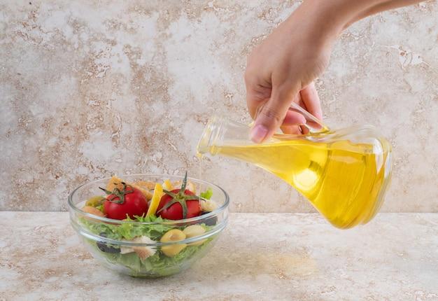 Salada caesar com alface, frango picado e tomate cereja.