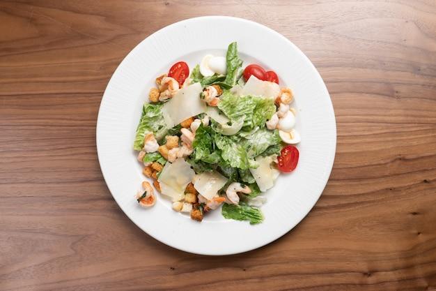Salada caesar com camarão, alface, ovos de codorna, tomate cereja, croutons e queijo parmesão