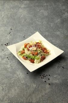 Salada caesar com camarão frito