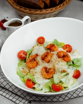 Salada caesar com camarão grelhado