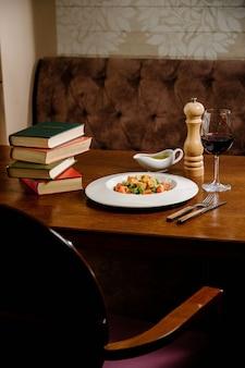 Salada caesar com croutons, ovos de codorna, tomate cereja e frango grelhado em mesa de madeira