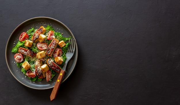 Salada caesar com frango. alimentação saudável. dieta. receitas de pratos nacionais.