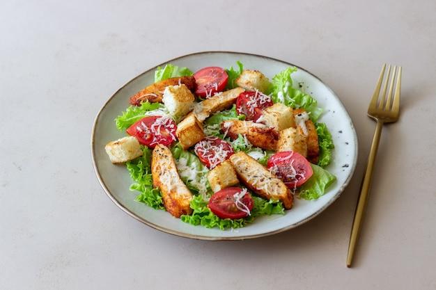 Salada caesar com frango. alimentação saudável. dieta. receitas