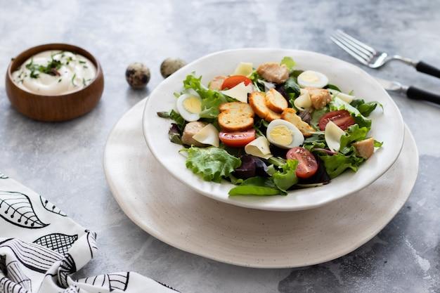 Salada caesar com frango e ovos de codorna