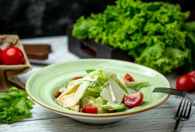 Salada caesar com frango frito