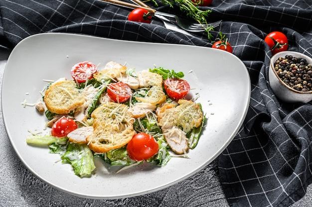 Salada caesar com frango grelhado, croutons, ovos de codorna e tomate cereja. vista do topo