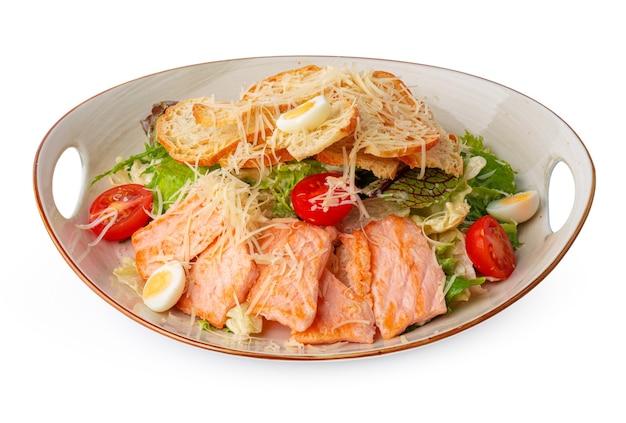 Salada caesar com frango grelhado em fundo branco de madeira