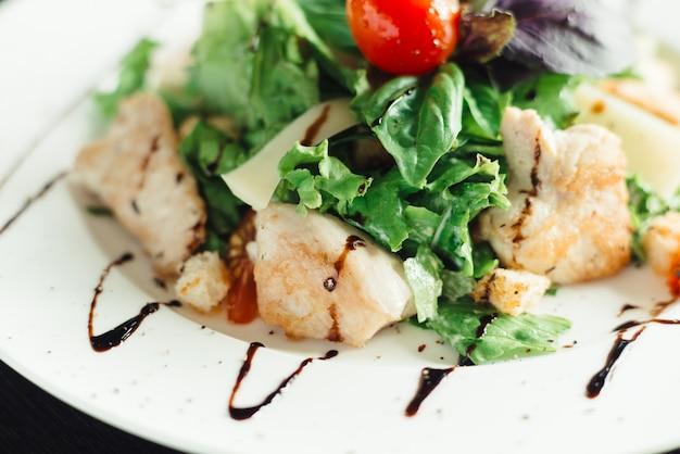 Salada caesar com frango no prato branco