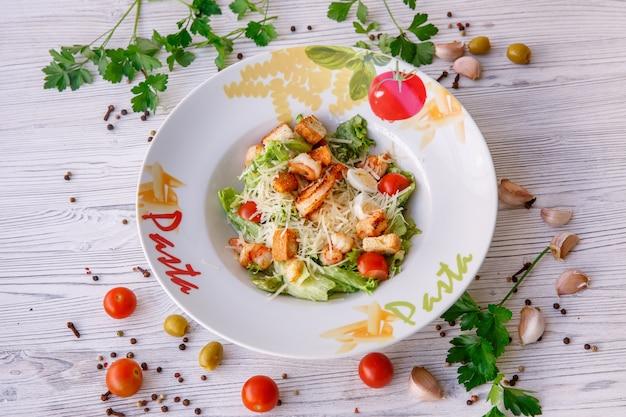 Salada caesar com frutos do mar, diz o prato macarrão.