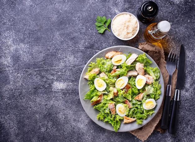 Salada caesar com ovos, frango e queijo parmesão