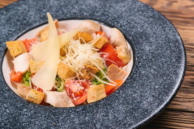 Salada caesar com queijo e croutons