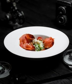 Salada caesar com salmão defumado e bolachas salgadas
