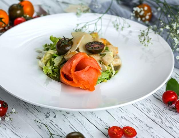 Salada caesar com salmão e tomate cereja
