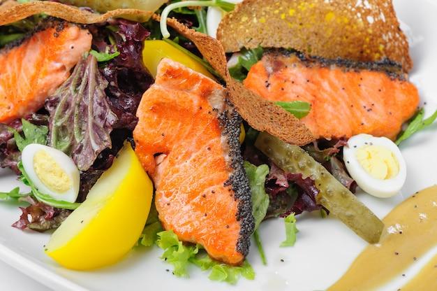 Salada caesar com salmão