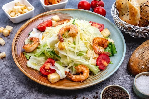 Salada caesar de camarão com recheio de pão de alface tomate cereja e parmesão