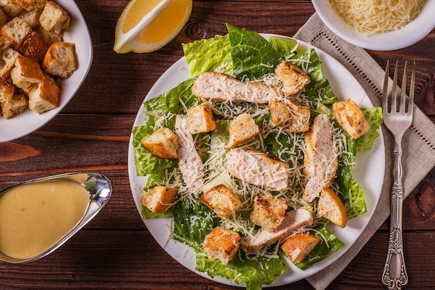 Salada caesar de frango caseiro com queijo e croutons