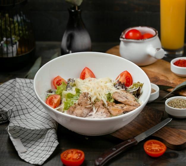Salada caesar de frango com tomate